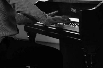 Músico toca piano