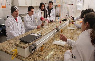 Alunos em laboratório