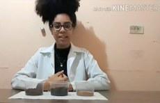 Aluna Andrea Rocha Ferreira, integrante do projeto, no momento da gravação de um dos vídeos