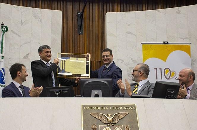 O reitor Luiz Alberto Pilatti recebe a mensão honrosa