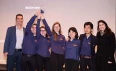 Integrantes da equipe BioCtrl recebem premiação
