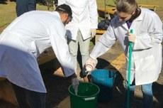 Equipe realiza descarte correto de resíduos oleosos