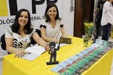 Kátia Valéria Prates e Tatiane Dal Bosco, organizadoras do Manual (Foto: Decom)