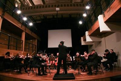Foto de uma orquestra com o maestro Enaldo