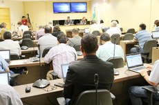 Conselheiros reunidos na sala de reuniões do Couni