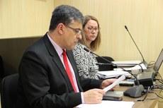 Reitor Luiz Alberto Pilatti preside sessão do Conselho Universitário da UTFPR em novembro de 2017 ao lado da secretária do colegiado, Helia Nerborski (Foto: Departamento de Comunicação da UTFPR)