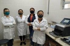 Pesquisadores tiveram treinamento para utilizar o robo nas análises moleculares