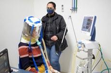 Pesquisadores realizam teste com balão hermético para ventilação pulmonar   Foto: Ascom-GP