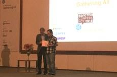 Professor Alexandre Pohl entrega premiação ao aluno Rafael Nadas