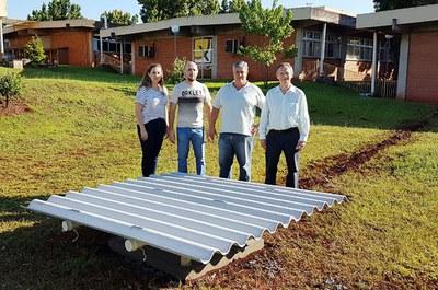 Professores Daiene Schaefer e Fabrício Dalmolin, técnico do Inpe e diretor-geral do Câmpus Medianeira, Flávio Pauli, junto ao magnetômetro instalado