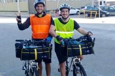 Matheus Toloto (à esquerda) e Yago Cipoli (à direita) utilizaram bicicletas para coletar os dados referentes à concentração de poluentes atmosféricos em Curitiba