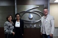 Professores Leila Sarquis, Maria de Fátima Mantovani e Marco Aurélio Kalinke apresentaram proposta na Capes, em Brasília. Materiais também foram entregues ao reitor da UTFPR pelos professores Luciana Kalinke, Leila Sarquis e Marco Aurélio Kalinke