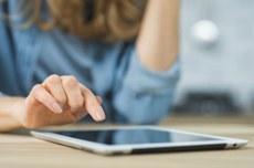 Moça acessa o tablet | Foto: Designed by Freepik