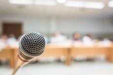 Foco em microfone (Foto: Freepik)