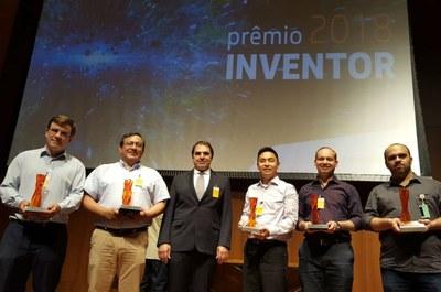 Da esq. p/ dir.: Flávio Neves Jr., Rigoberto E. M. Morales, Douglas Renaux, César Ofuchi e Paulo Henrique Dias Santos (UTFPR); e Paulo Domingos (Petrobrás)