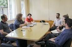Professores do INSA Lyon, Tarkan Gezer e Guy Athanaze, em reunião com Bruno Iamamura e Luis Mauricio Resende, da Prograd, e Carlos Cziulik e Igor Cordeiro, da Diretoria de Relações Internacionais