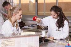 Alunas realizam pesquisa em laboratório da UTFPR (Foto: Decom)