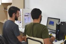 Dois rapazes elaboram protótipo 3D em laboratório de Guarapuava | Foto: Decom