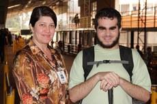 Aluno com deficiência visual é acompanhado por servidora no Câmpus Campo Mourão (Foto: Decom)