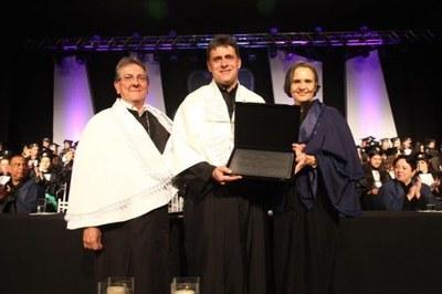 O reitor da UTFPR Luiz Alberto Pilatti, ao centro, recebeu a Medalha do Mérito Universitário do reitor e da vice-reitora da UEPG