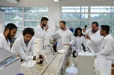 Alunos e professor em  Laboratório do Câmpus Dois Vizinhos - Foto: Decom