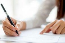 Pessoa escreve em documento | Foto: Designed by katemangostar / Freepik