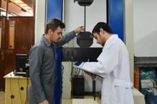 Professor e aluno em laboratório do Câmpus Pato Branco - Foto: Decom