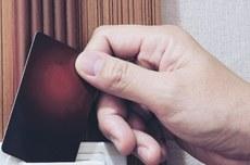 Mão insere voto em urna - Foto: designed by jcomp / Freepik