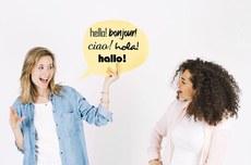 Meninas interagem em diferentes línguas | foto: Freepik editada