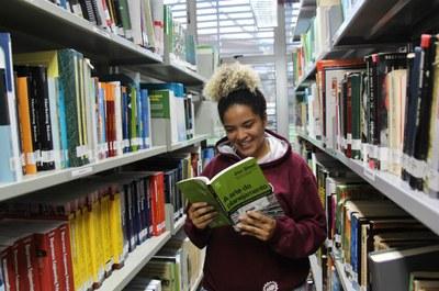 Bia Vieira na biblioteca do câmpus