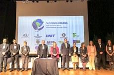 Foto dos participantes em solenidade