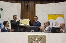 Reitor Luiz Alberto Pilatti recebe menção honrosa em homenagem à UTFPR (Foto: Decom)