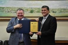 Reitores da Polytech e da UTFPR durante a cerimônia de assinatura dos acordos (Foto: Decom)