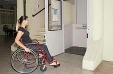Elevador de acessibilidade no Departamento de Registros Acadêmicos do Câmpus Curitiba (Foto: Decom)