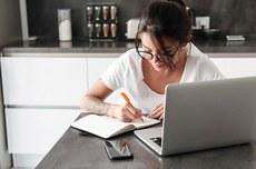 Aluna utiliza um caderno e o notebook para elaborar projeto   Foto: Drotbotdean by Freepik