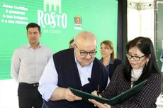 Prefeito de Curitiba, Rafael Greca, e a vice-reitora da UTFPR, Vanessa Ishikawa Rasoto, durante o lançamento do Programa Rosto da Cidade (Foto: Cesar Brustolin/SMCS)