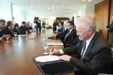 Presidente Fundação Araucária, Ramiro Wahrhaftig, na assinatura das chamadas. Foto: AEN