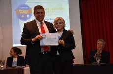 Reitor Luiz Alberto Pilatti e a embaixadora do Mãos Sem Fronteiras pela Paz Mundial, Lilian Miranda (Foto: Decom)