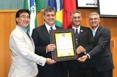 Reitor Pilatti e diretor Sidney (ao centro), com os vereadores Jairo Tamura e Anauri Cardoso, recebem a homenagem