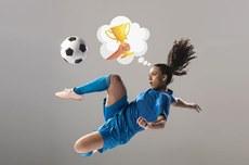 Menina jogando bola | Foto: Freepik editada