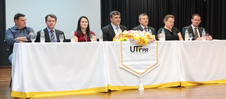 Mesa de honra da Cerimônia  (Renato Luis Carpenedo, Diretor (DIRPLAD); Sandro Cesar Bortoluzzi - Diretor (DIRPPG); Daiane Ruzza - Coordenadora (COGERH); Luiz Alberto Pilatti - Reitor;  Idemir Citadin - Diretor-Geral (DIRGE-PB) ; Cleonis Viater Figueira - Diretora em Exercício  (DIRGRAD); e Neimar Follmann - Diretor  (DIREC)).