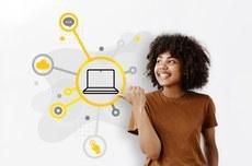 Aluna verifica as orientações para os notebooks do programa de Inclusão Digital