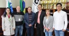 Membros da delegação chinesa e representantes do câmpus Ponta Grossa da UTFPR