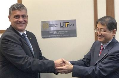 Reitor Pilatti e o vice-reitor de Shinshu, Kiyoshi Tanaka no descerramento da placa do escritório