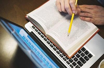 notebook e livro.jpg